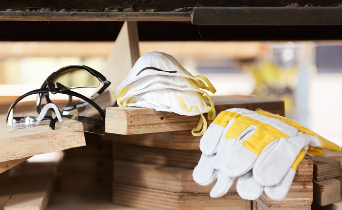 A kesztyű, védőszemüveg és porvédőmaszk nélkülözhetetlen kellékei a vágásnak.