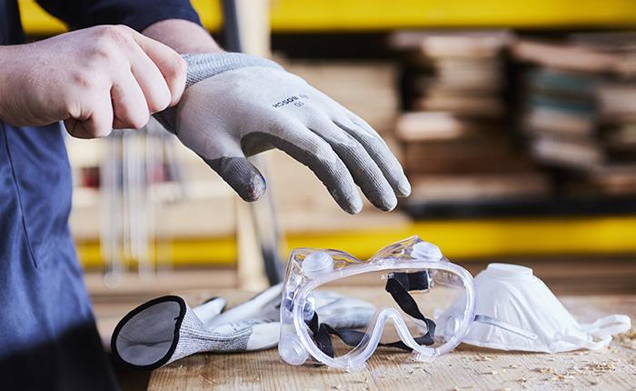 A kesztyű, a biztonsági védőszemüveg és a pormaszk elengedhetetlen a csiszoláshoz.