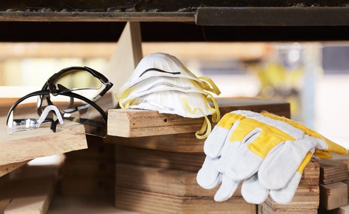 Guanti, maschera di protezione e maschera antipolvere sono elementi essenziali per tagliare.