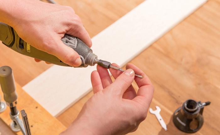 Per tagliare il legno, procurati una punta da taglio multiuso.