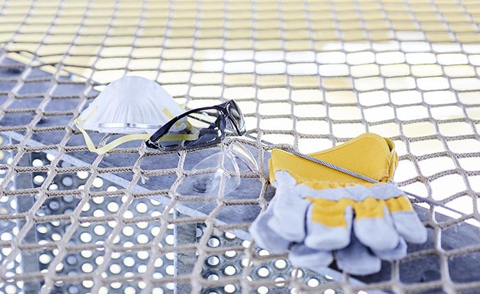 Guanti, occhiali protettivi e una mascherina antipolvere sono essenziali per i lavori di incisione.