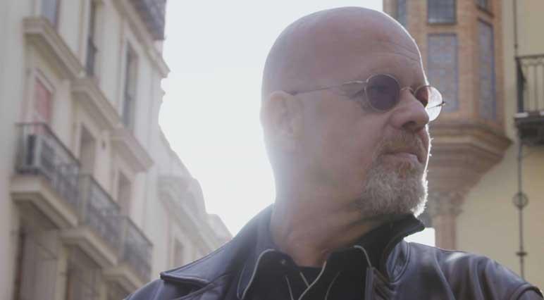 Teye Wijnterp, fondatore di Teye Guitars, vive a Siviglia, dove personalizza le chitarre con il suo fidato multiutensile Dremel.