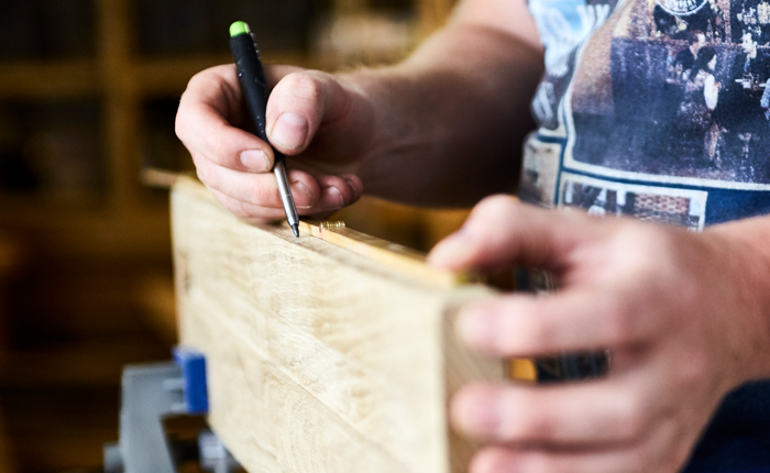 Segna le linee guida per le scanalature a forma di buco della serratura nella mensola sospesa