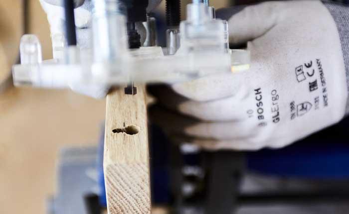 Con la fresatrie verticale realizza delle scanalature a forma di buco della serratura nella mensola sospesa