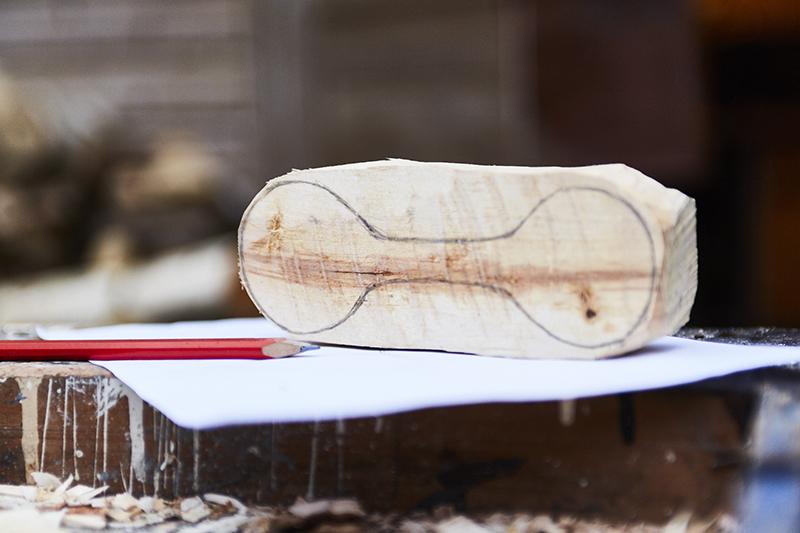 Teken je ontwerp op papier voordat je het op het hout aftekent.