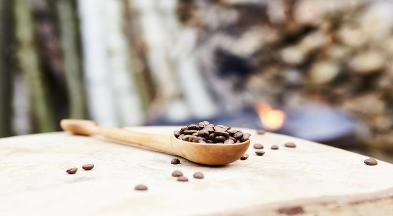 Snij zelf een houten lepel of koffiemaatschepje.