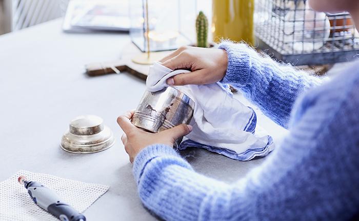Houd je voortgang nauwlettend in de gaten door regelmatig oppervlakken schoon te vegen.