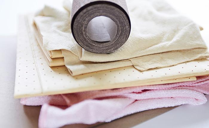 Glas, metaal of hout moet schoon zijn en zorgt zo voor beter graveren.