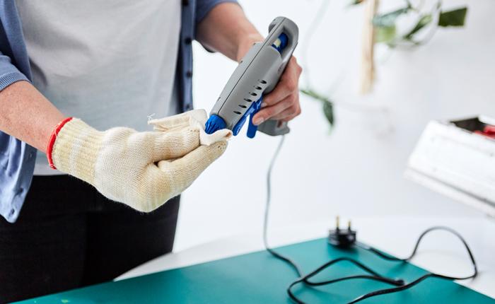 Haal het lijmpistool uit de stekker en maak de spuitmond schoon met een droge doek en hittebestendige handschoenen.