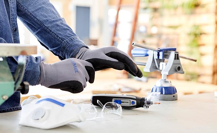 Draag handschoenen, veiligheidsbril en een stofmasker en gebruik het Comfort Guard Hulpstuk ter bescherming