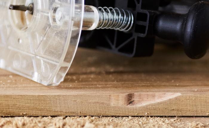 Voordat je echt gaat frezen, maak je een 'kerf' in het hout