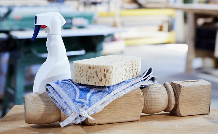 Werk je schuurproject af met een vochtig doek, de fijnste schuurbeurt en wat alcohol.