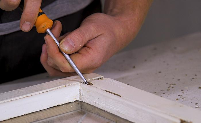Voordat je begint met schuren, controleer het hout op zachte plekken.