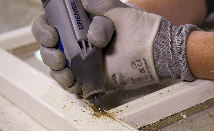 Voor het schuren: Gebruik een Dremel frees om oud, beschadigd of vochtig hout te verwijderen