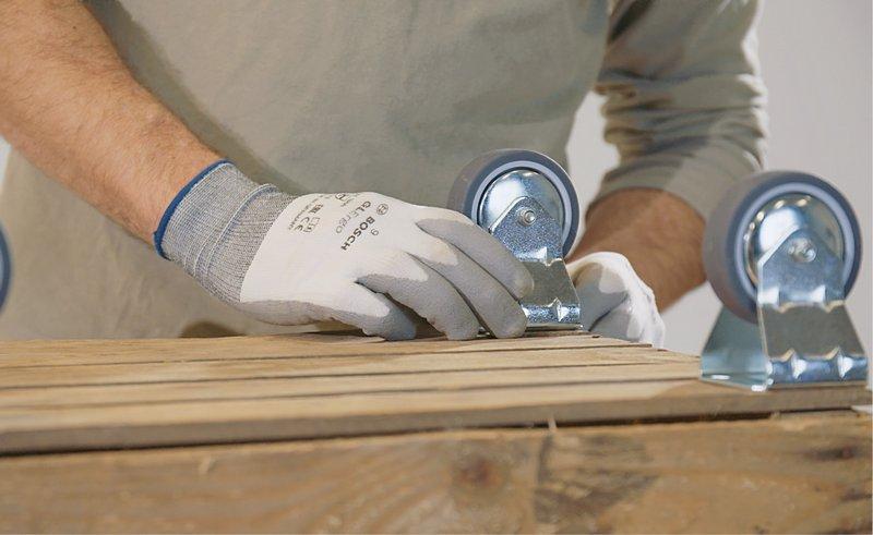 Markeer de positie van de zwenkwielen met een priem.