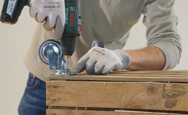 Draai de schroeven direct in het hout met behulp van een elektrische schroevendraaier.
