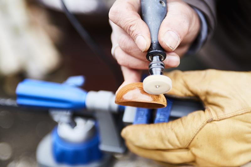 Pokryj łyżkę warstwą oleju używając tarczy polerskiej.