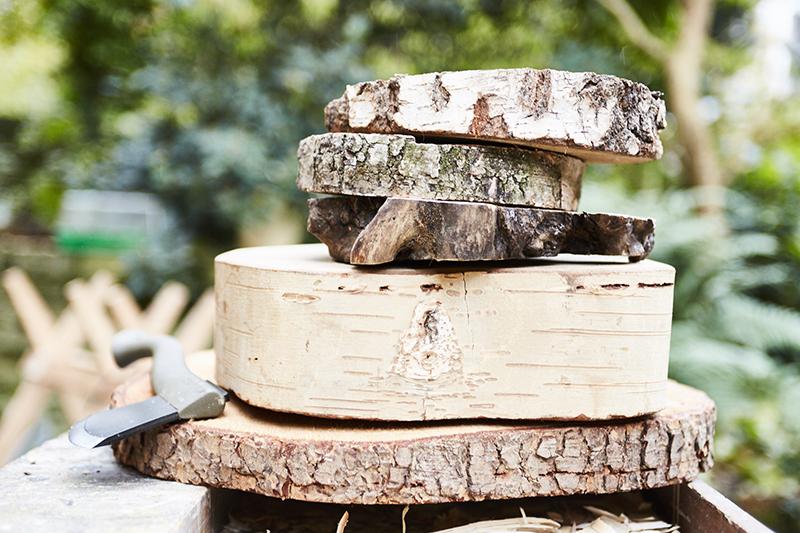 Początkujący powinni wybrać najbardziej foremne i jednorodne drewno.