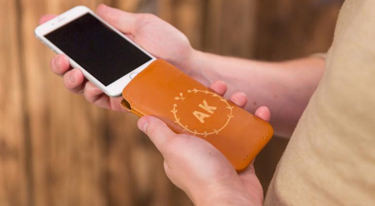 Grawerowanie skórzanego etui na telefon.