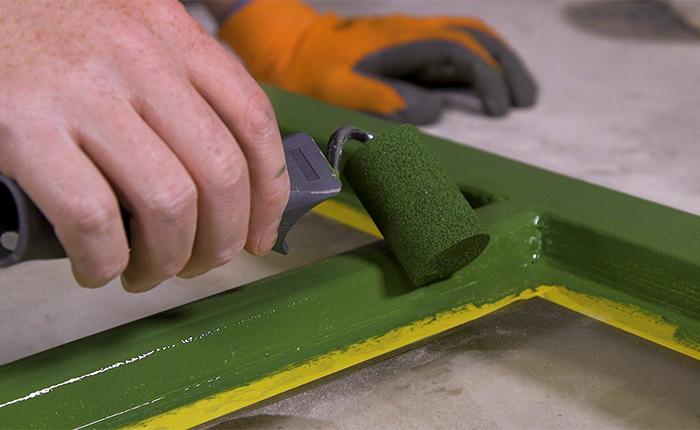 Pomaluj ramę używając małego wałka malarskiego.