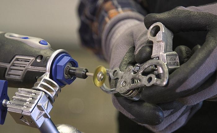 Dremel позволяет удалять ржавчину с деталей заднего переключателя просто и быстро.