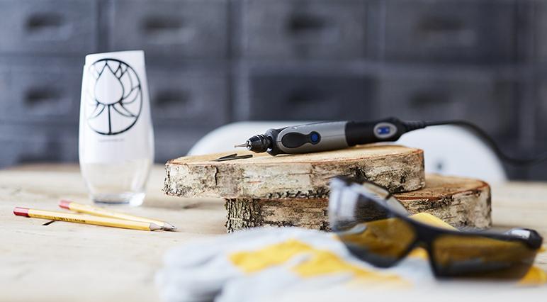 Гравирование с помощью инструментов Dremel в основном зависит от практики, уверенности и терпения.