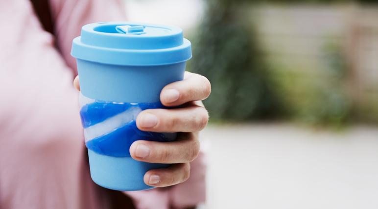 DIY: Создайте собственную манжету для многоразового кофейного стаканчика с помощью клеевого пистолета.
