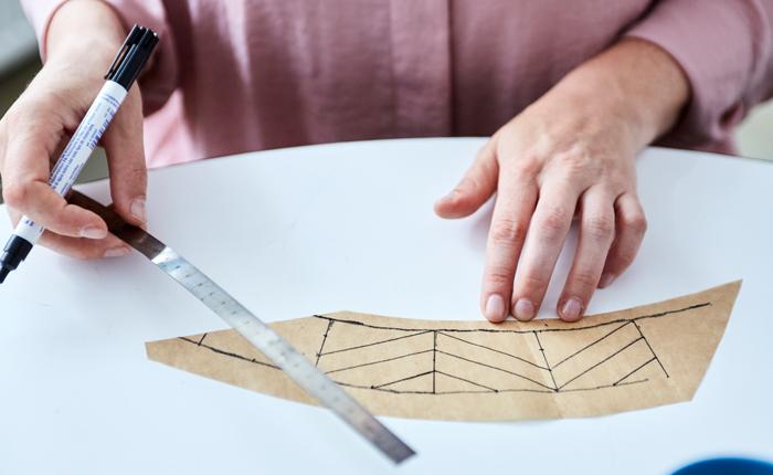 Измеряйте манжету и нарисуйте дизайн.