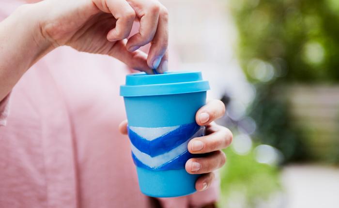 Насладитесь использованием собственной манжеты для многоразового кофейного стаканчика!