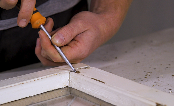 Прежде чем начать шлифовку, проверьте древесину на наличие мягких участков.