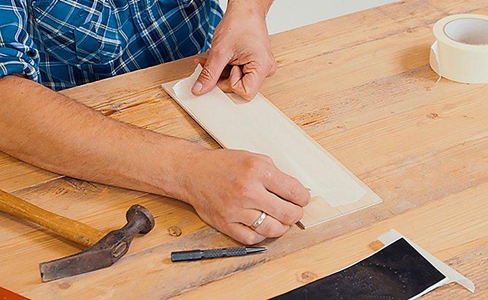 Чтобы избежать сколов при просечке тонкого или глянцевого слоя древесины, наклей в месте сверления малярный скотч.