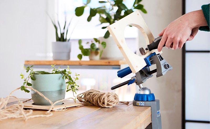 Для изготовления подвесной подставки для растений используй Dremel Lite, шлифовальную насадку (шлифовальную шайбу 502) и зажим Multi-Vise.