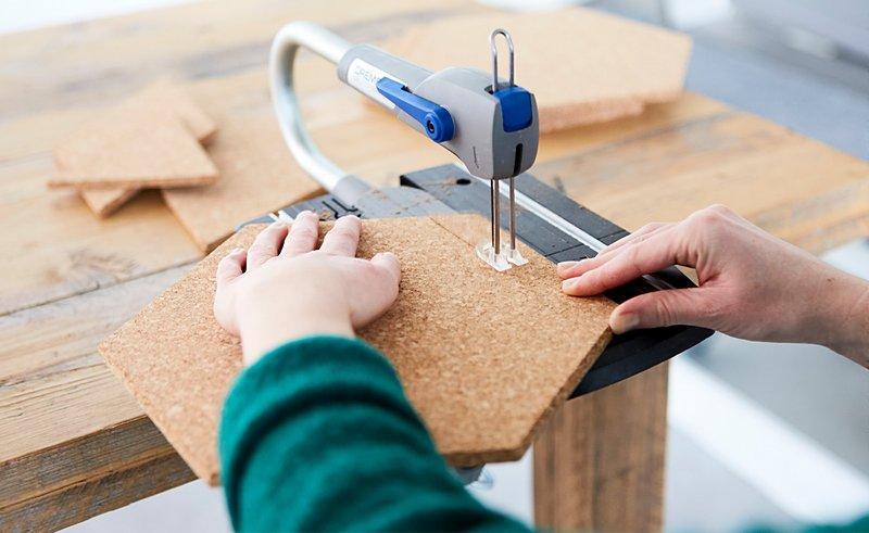 С помощью стационарного лобзика Dremel Moto-Saw вырежь из куска коры пробкового дерева шестиугольники и сделай из них коллаж из мини-досок для записок.