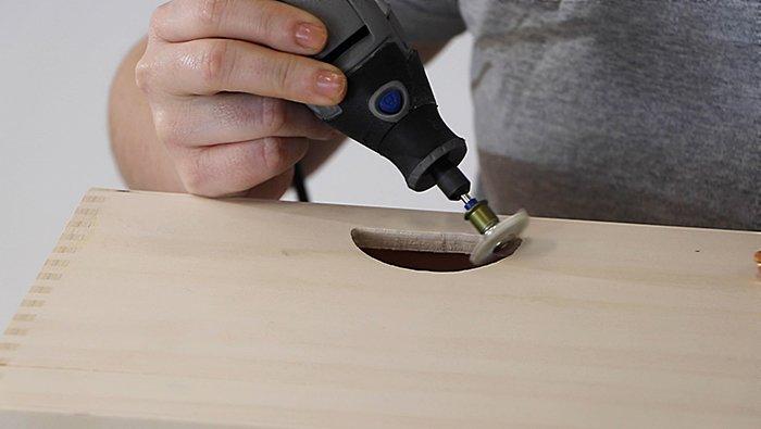 Убери все сколы. В этом тебе поможет Dremel® EZ SpeedClic: качественная абразивная щетка с зернистостью 120 (472S).
