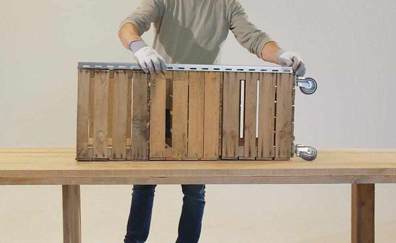 Уголки на внешних углах ящиков сделают твой приставной столик для барбекю более устойчивым и стильным.