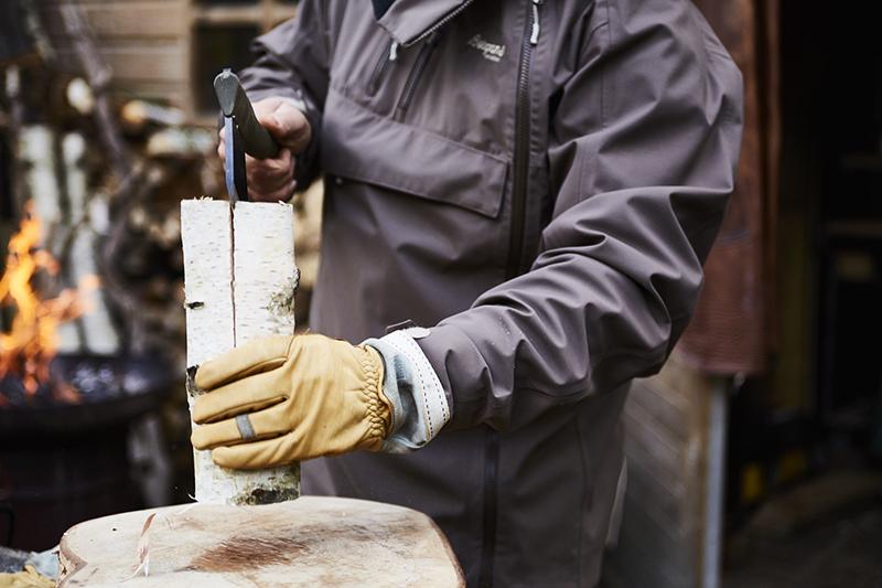 För att dela träbiten, kila fast yxan längst upp på träbiten, lyft och knacka försiktigt mot arbetsytan.
