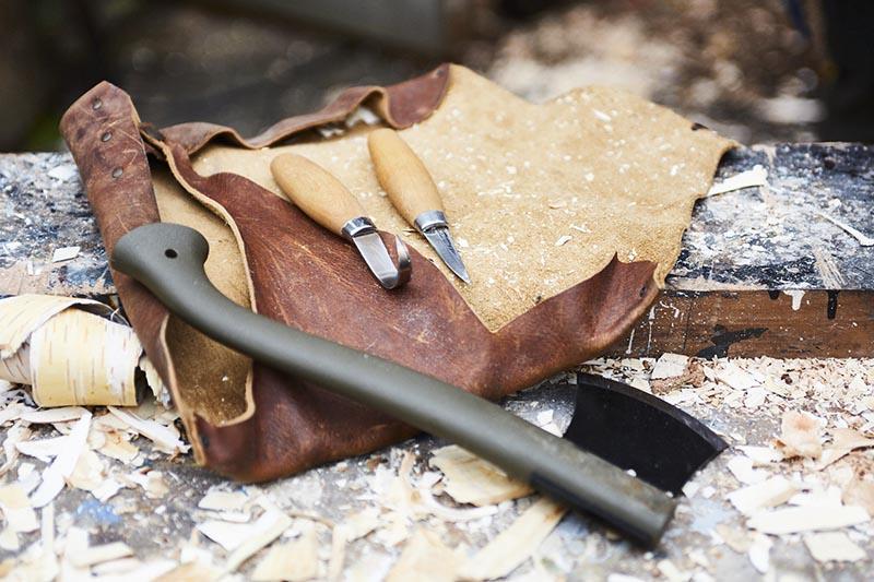Välj basverktyg för träsnideri, som knivar och en yxa.