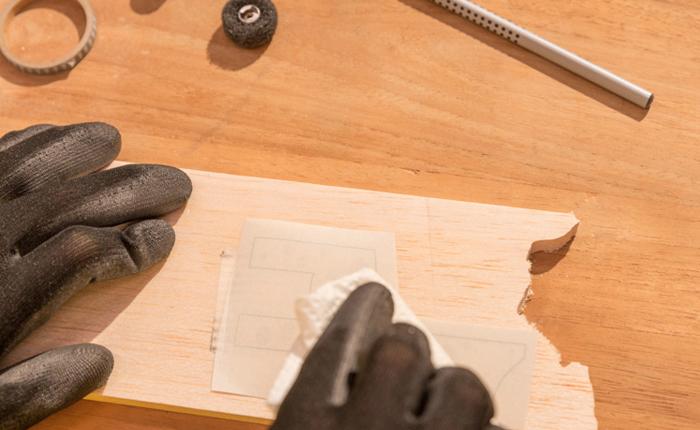 Är det första gången du skär i trä? Det fungerar bäst med en enkel design.