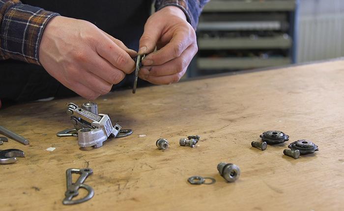 Demonte ederken tüm vites değiştirici parçalarını düzenli bir şekilde tutun.