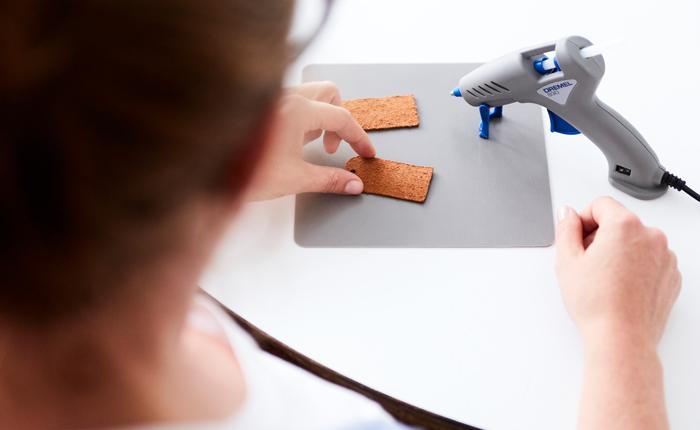 Sıcak erimiş tutkal tabancası kullanırken çalışma yüzeyini her zaman koruyun.