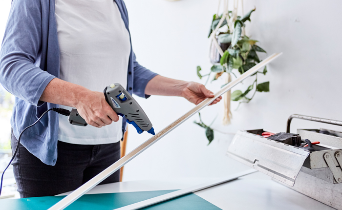 Tutkal tabancası ile süpürgelikleri düzeltebilir ve diğer temel onarımları yapabilirsiniz.