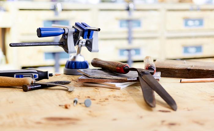 Aletler, fayanslar, borular ve cam gibi çeşitli nesneler üzerinde Dremel taşlama ve bileme araçlarını kullanabilirsiniz