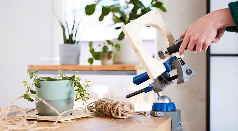 Evden çalışma ortamınıza biraz doğa katmak için güvenilir Dremel Çok Amaçlı Aletinizle bitkiniz için kolayca saksı askısı oluşturabilirsiniz.