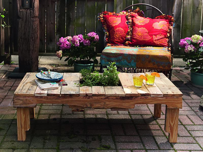 Bir ahşap paleti çok fonksiyonlu bir bahçe masasına dönüştürün.