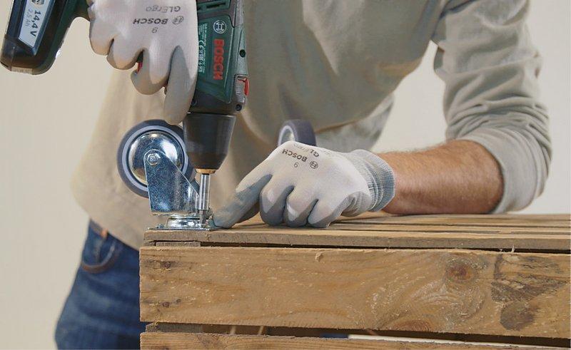 Elektrikli bir vidalama aleti kullanarak vidaları doğrudan tahtaya batırın.